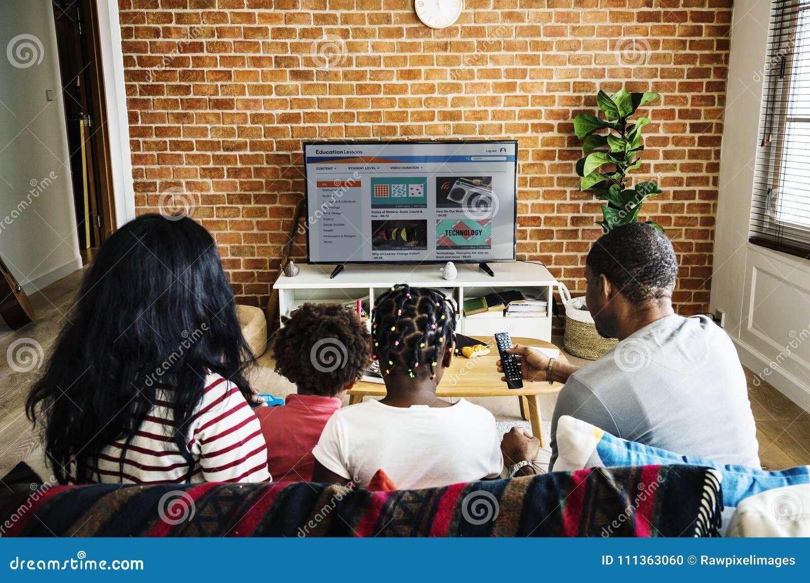 Televisión de observación de la familia africana junto