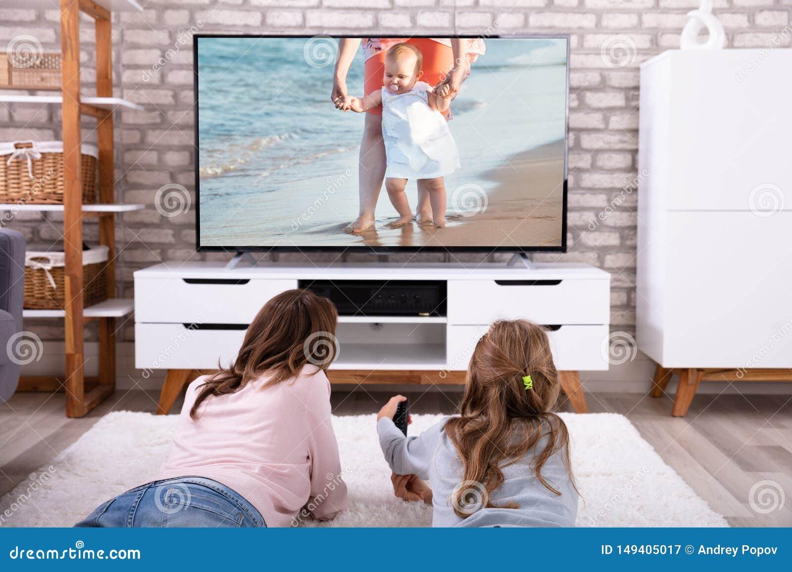 Televisi?n de observaci?n de la madre y de la hija