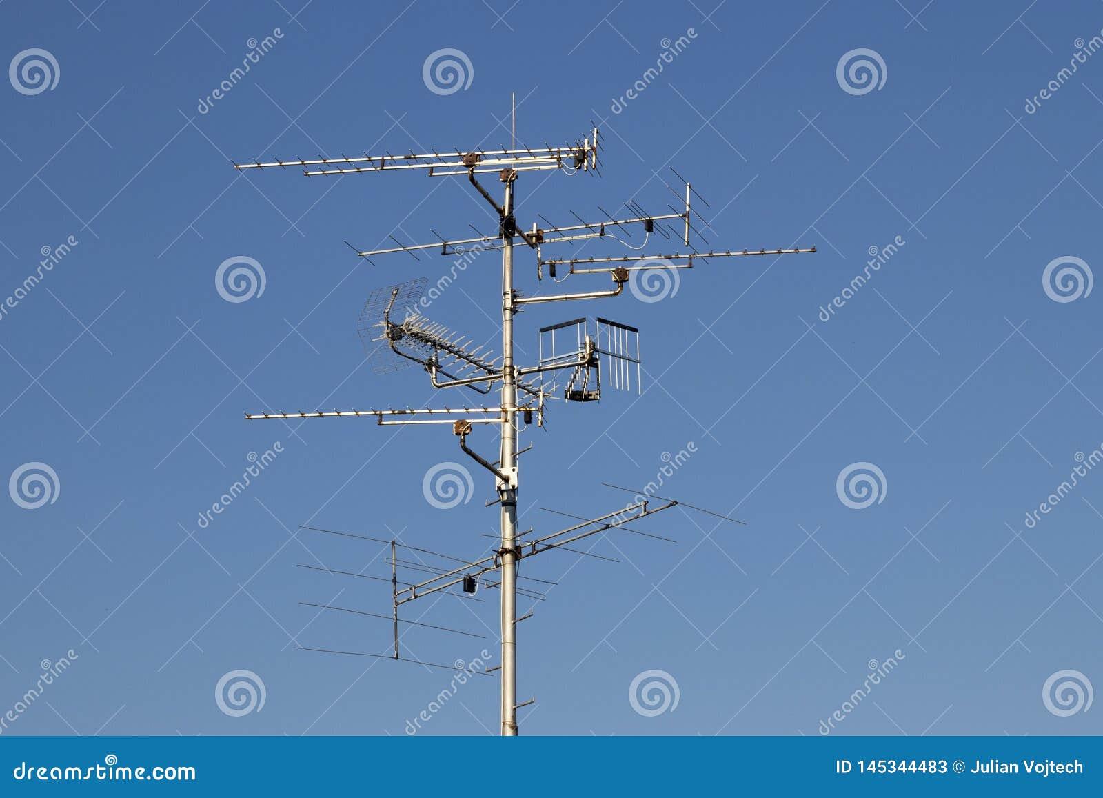 Televisiesantennes met blauwe hemelachtergrond