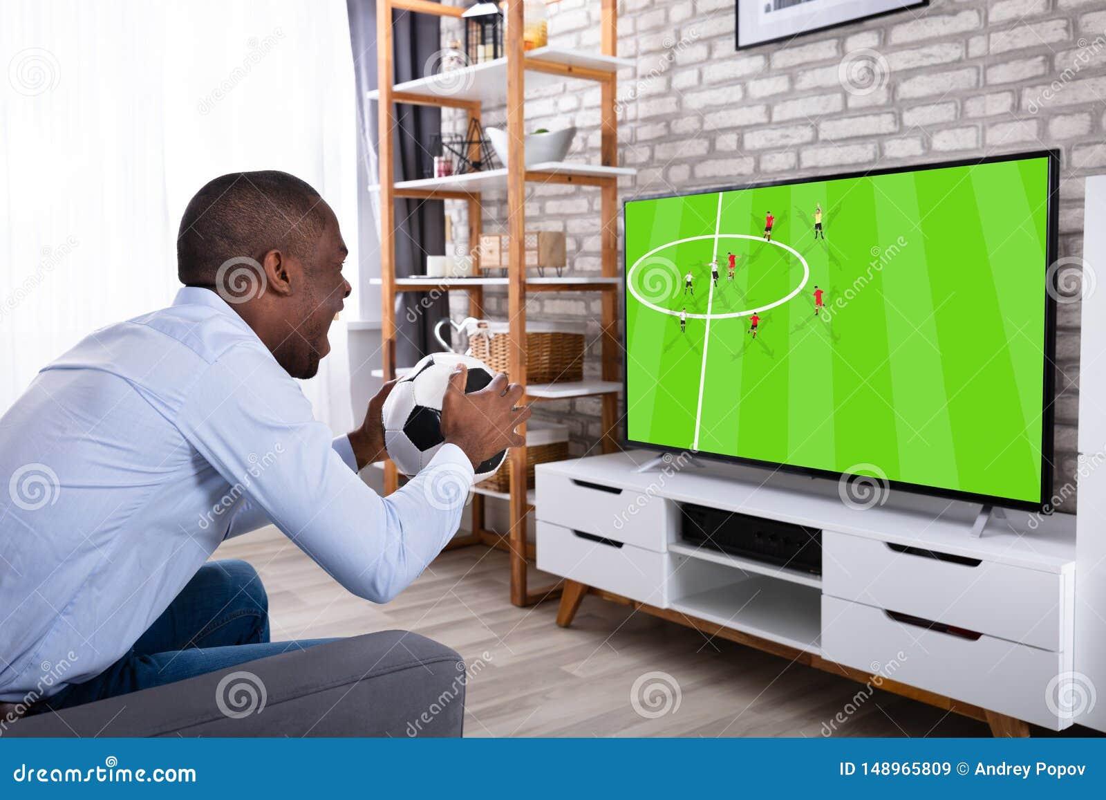 Televisione di sorveglianza dell uomo della palla africana della tenuta