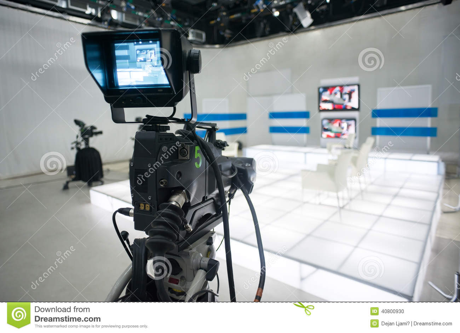 Televisionstudio med kameran och ljus