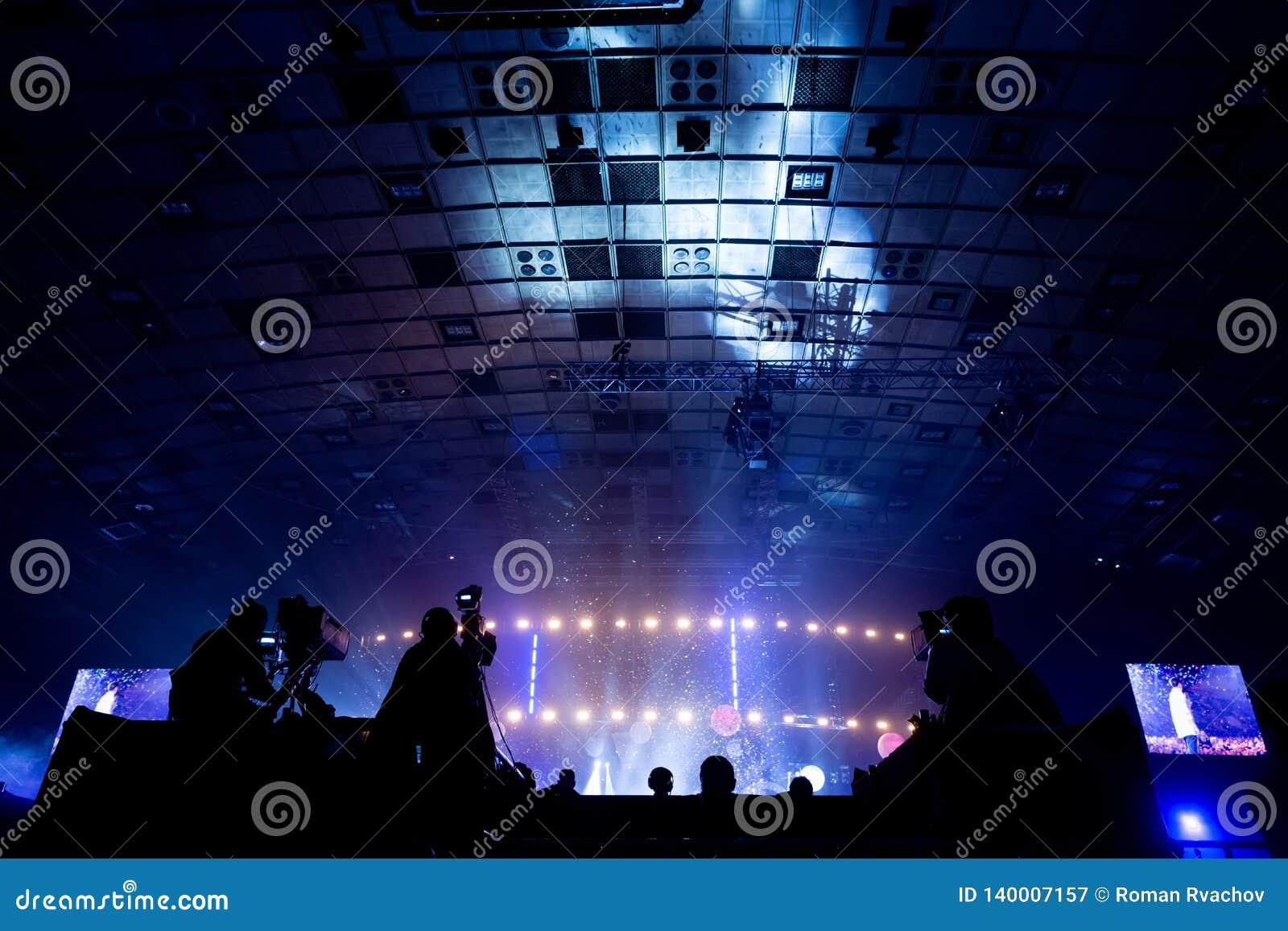 Telewizji transmisja kamerzystą podczas koncerta Kamera z operatorem jest na wysokiej platformie