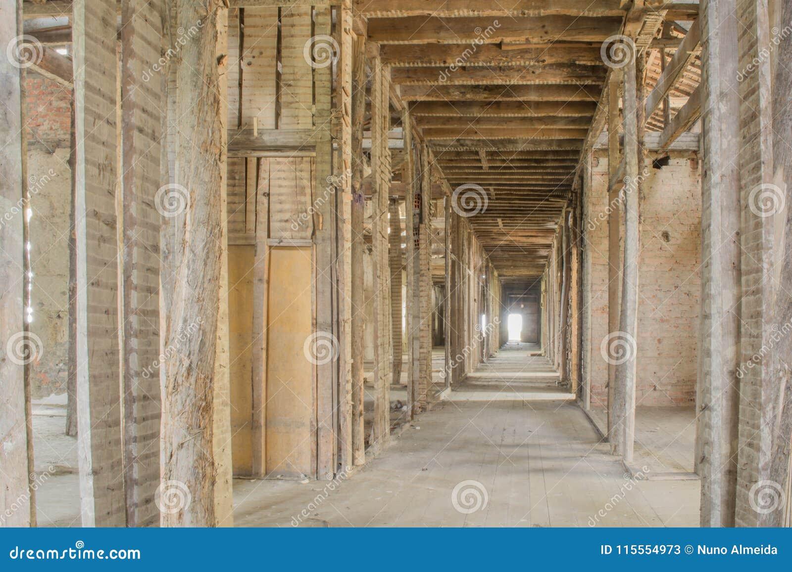 Telhado abandonado velho do sanatório em Portugal