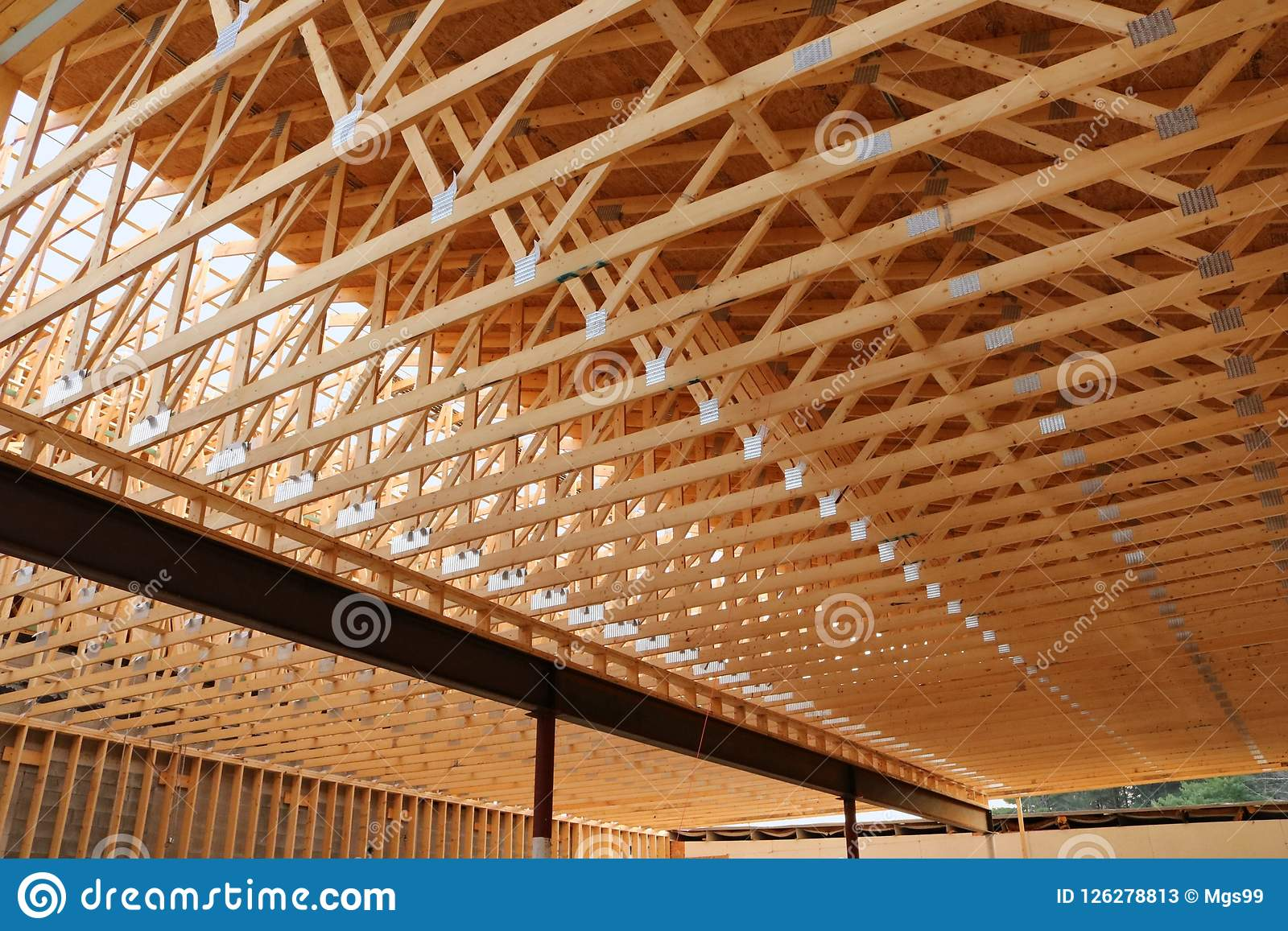 Telhado comercial novo da construção sob a construção