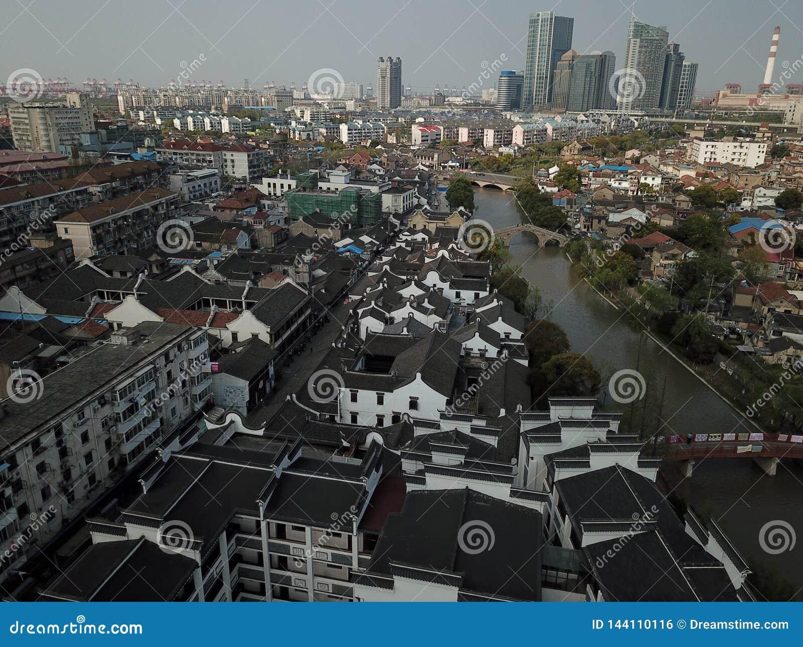 Telhado de telha preto na cidade antiga de Gaoqiao, Shanghai