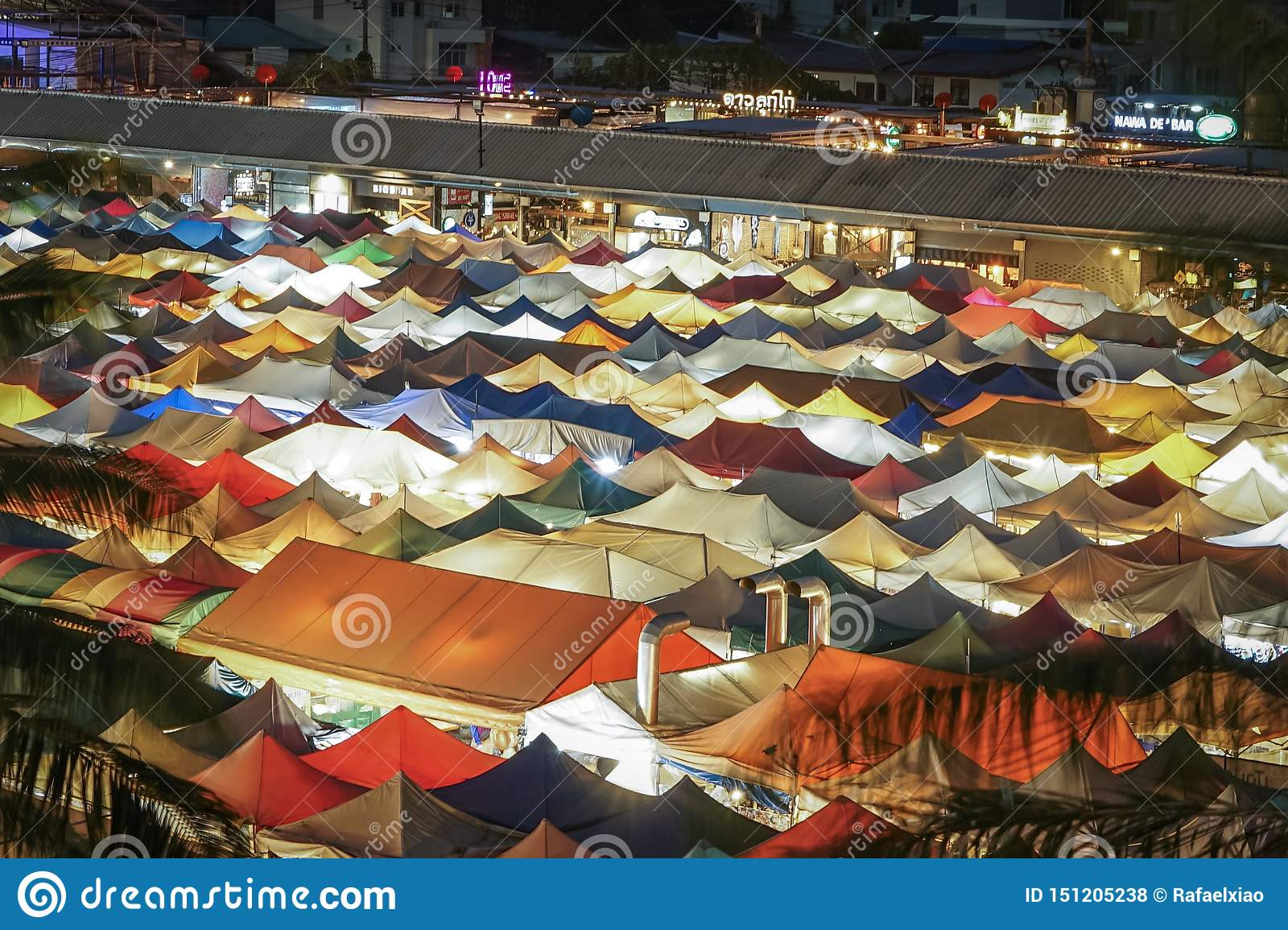 Telhados coloridos do mercado da noite