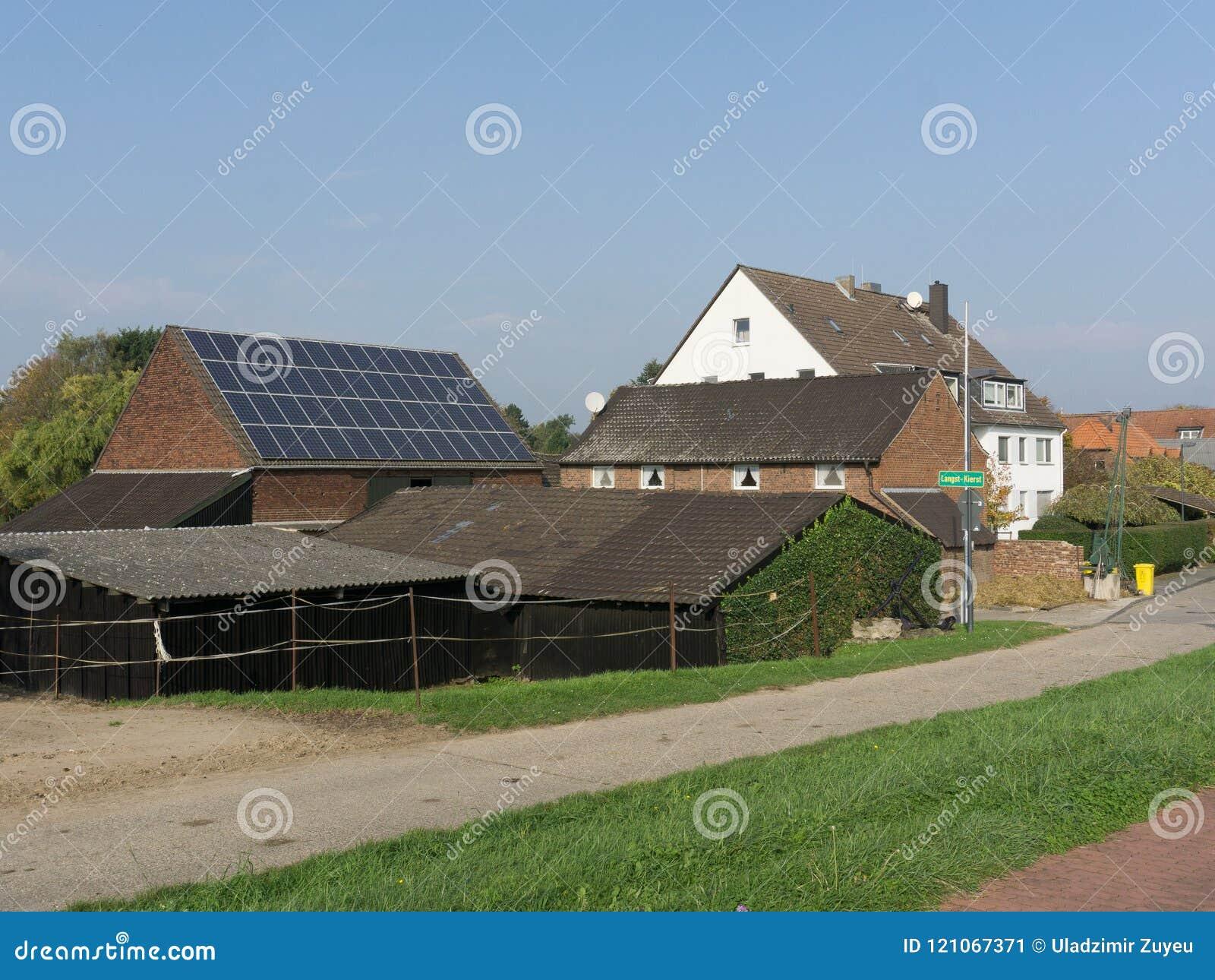 Telhados telhados de casas de pedra rurais com uma bateria solar nos subúrbios europeus