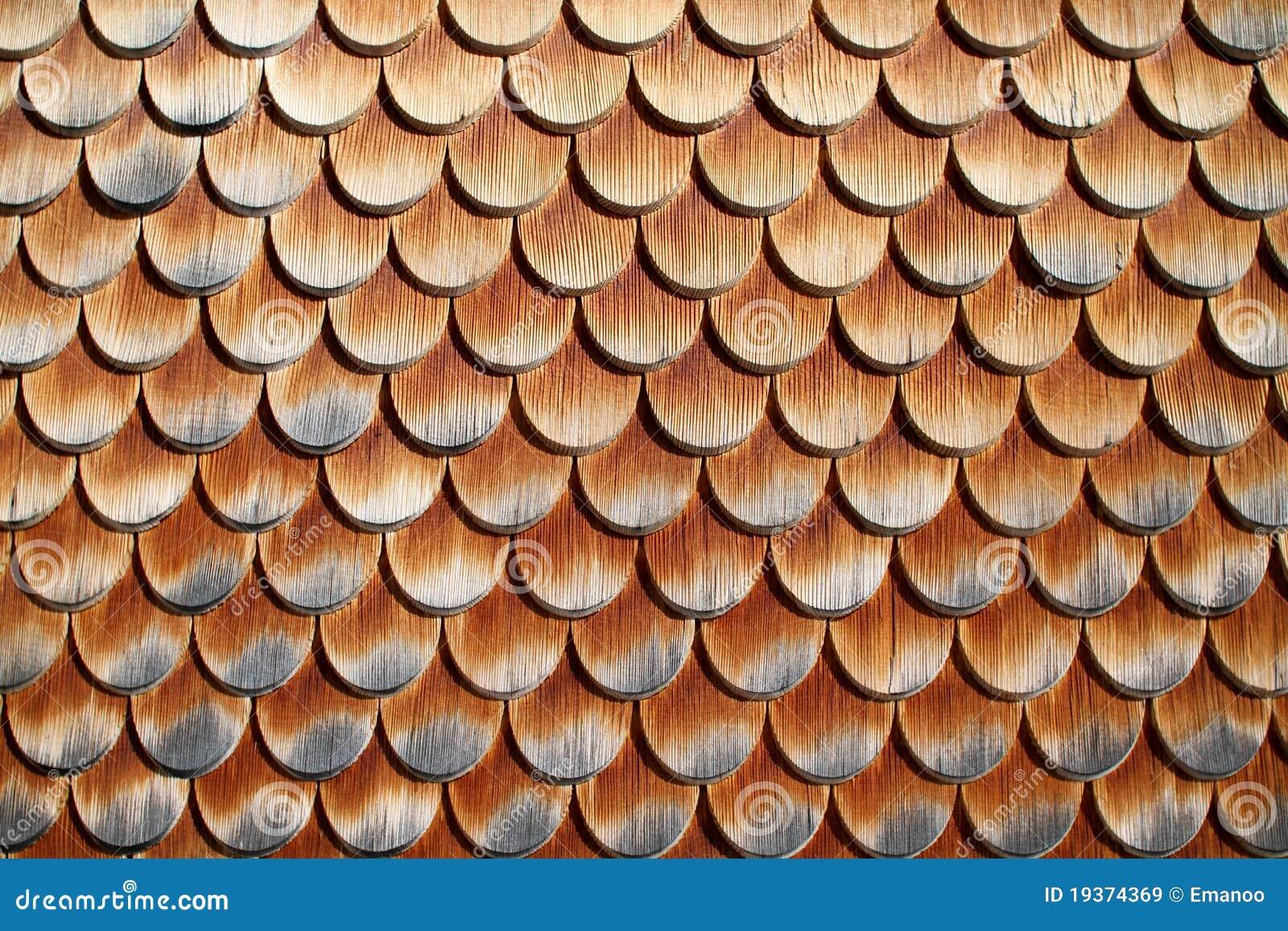Telhas de madeira na casa em alpes austríacos