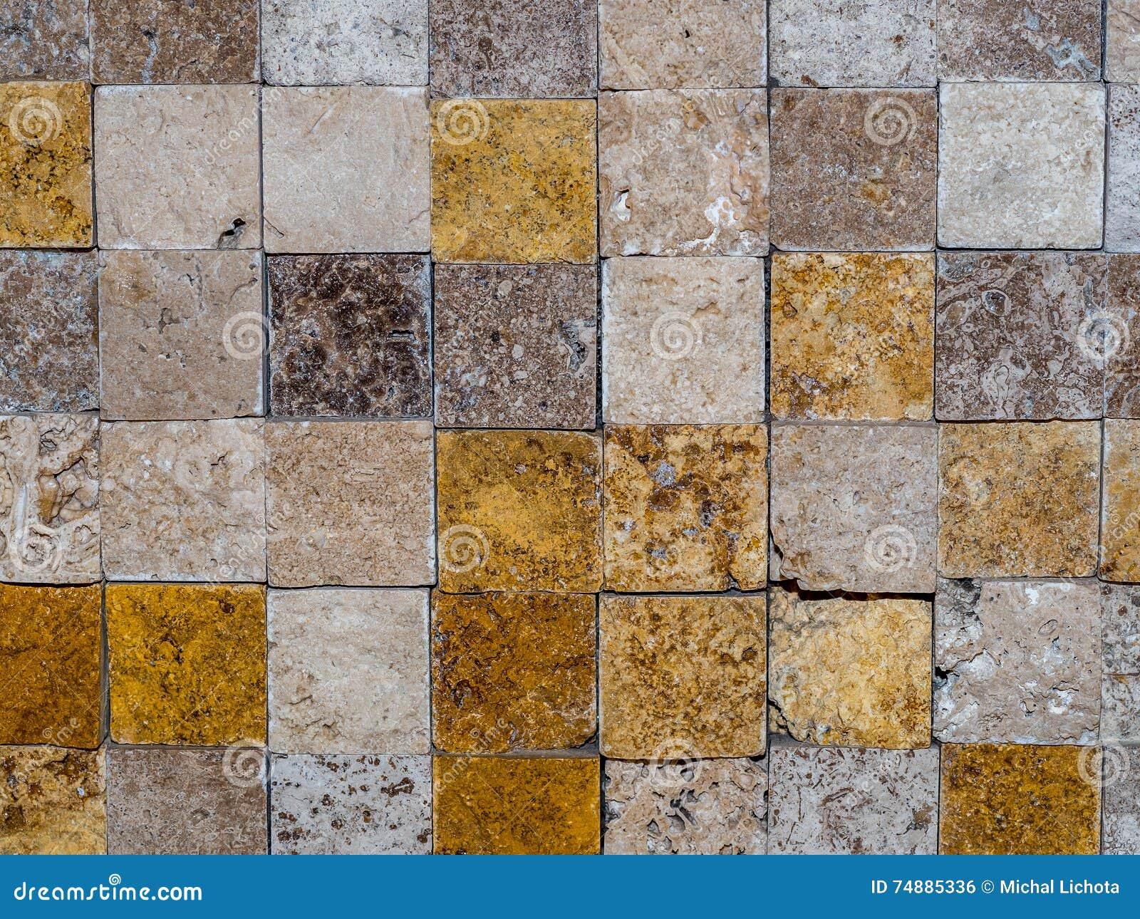 Telhas de pedra quadradas em uma parede