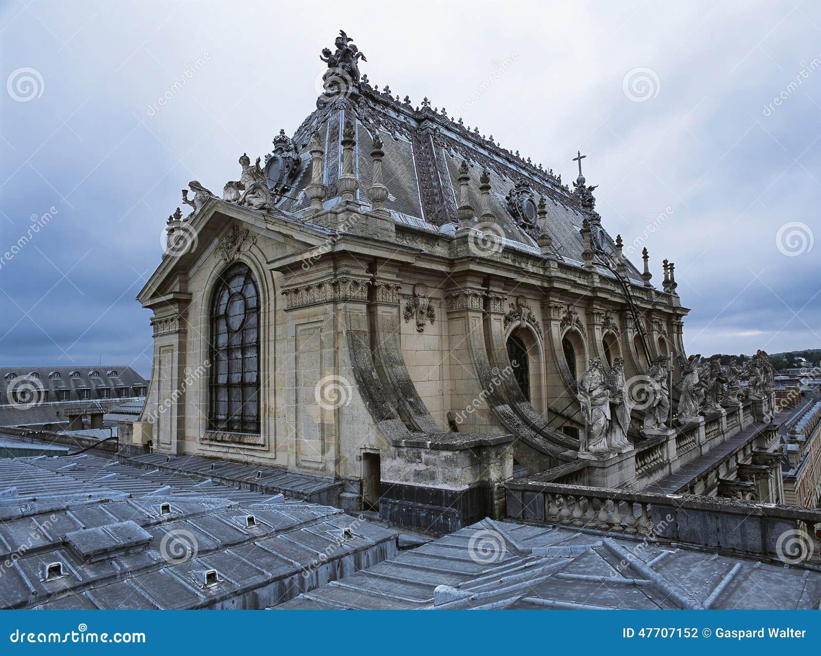 Telhe a vista da capela real no palácio de Versalhes