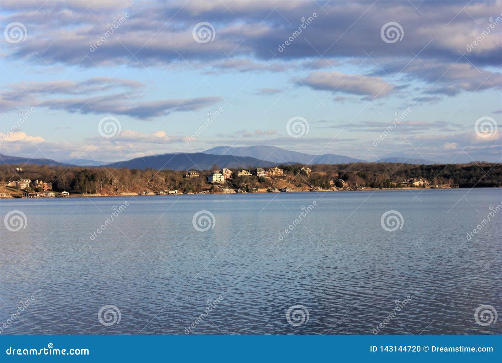 Tellico湖和山