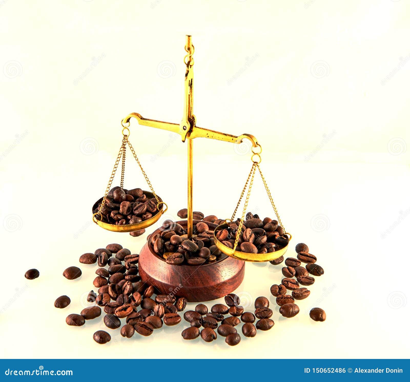 Tema del café con todavía de las escalas la vida de cobre amarillo en el fondo blanco