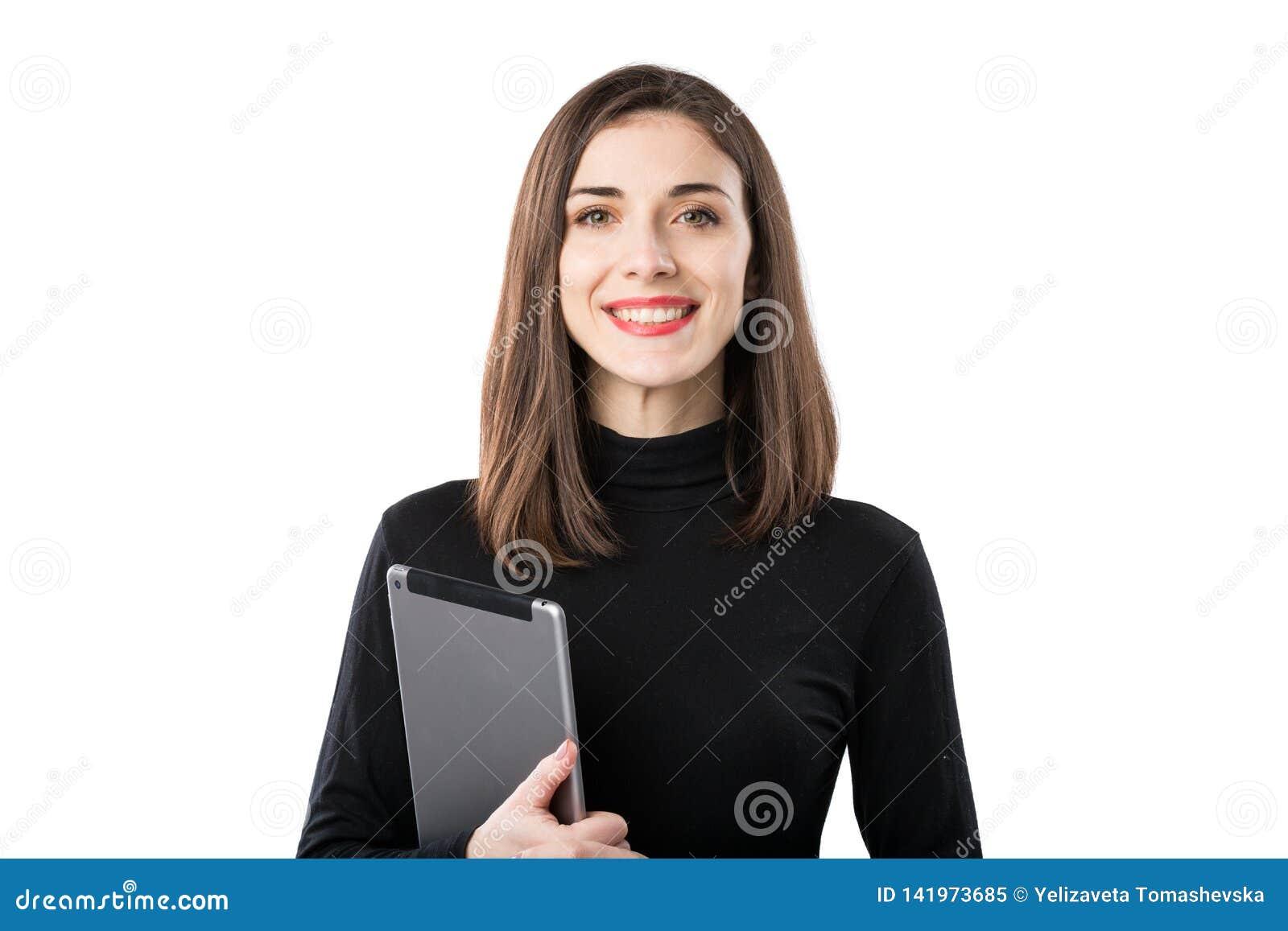 Tema f?r kvinnaaff?rsteknologi H?rlig ung caucasian kvinna i den svarta skjortan som poserar p? anseende med minnestavlah?nder