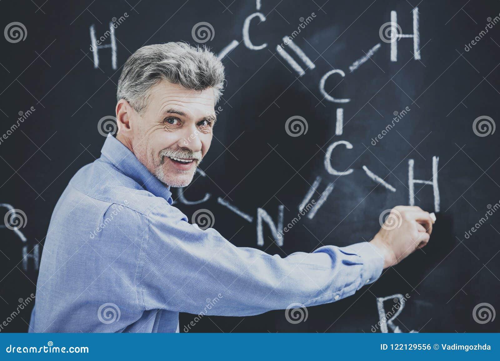 Tema sonriente de profesor Explains New Chemistry