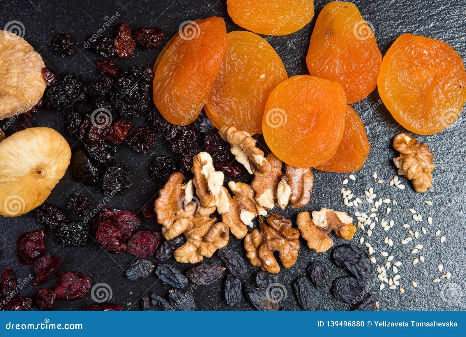 Temat är en söt efterrätt som göras från naturprodukter utan socker Makroslut upp den torkade closeupefterrätten - fruktuppsättni