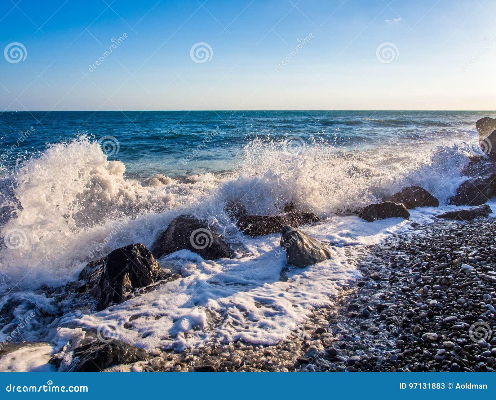Tempête à la plage rocheuse