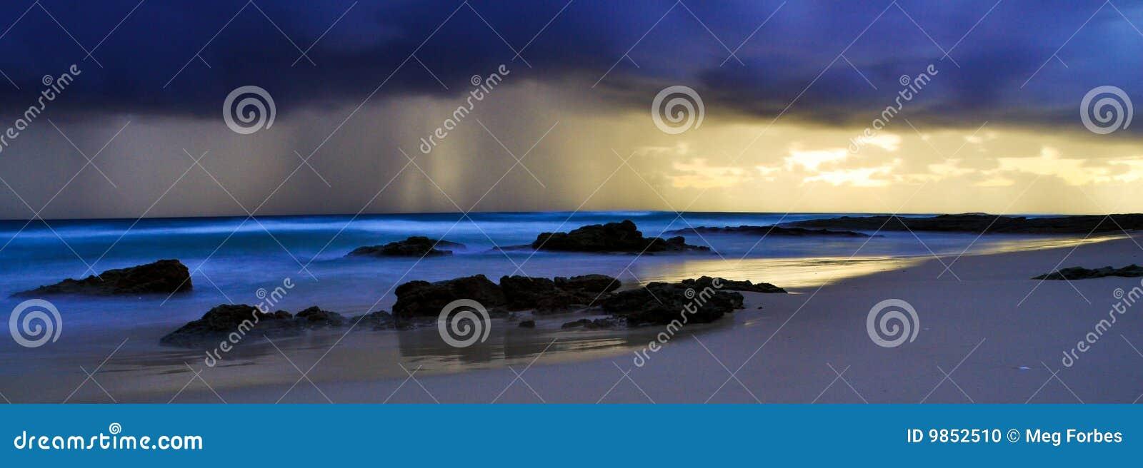 Tempête au-dessus de la plage de Deadman