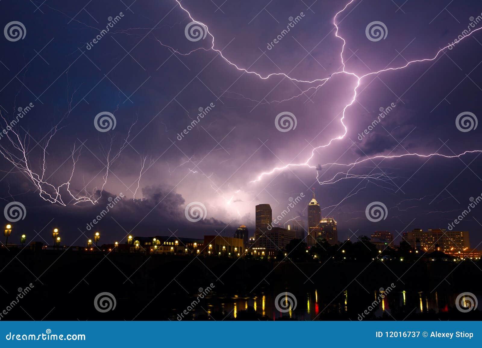 Tempête au-dessus de ville