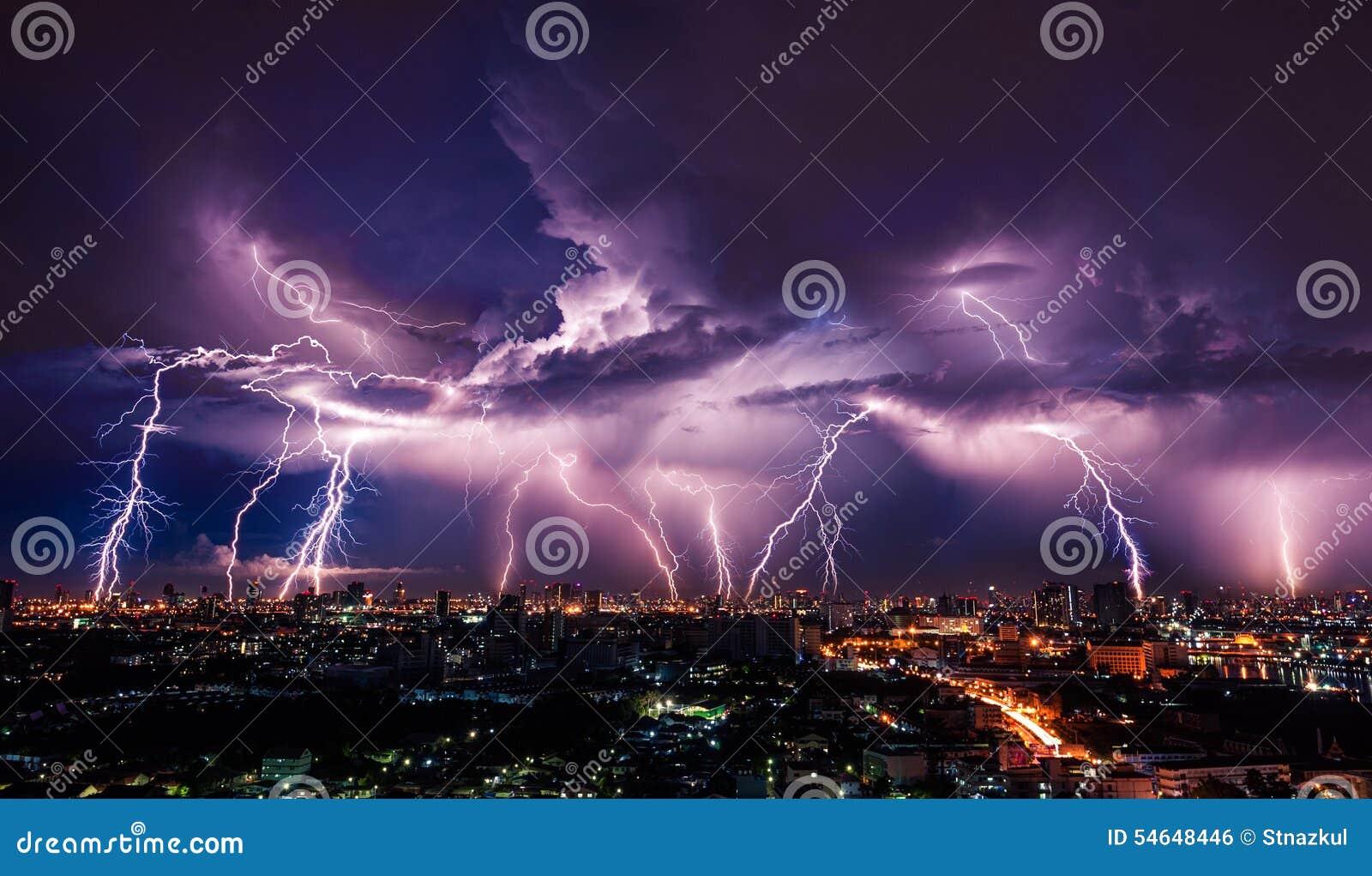 Tempête de foudre au-dessus de ville
