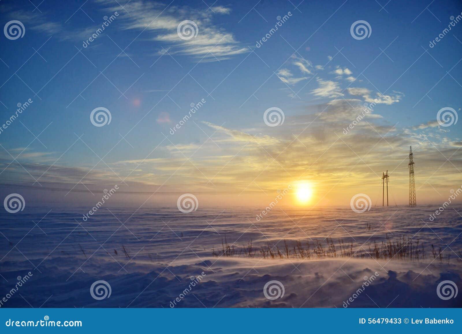 Tempête de neige dans le désert au coucher du soleil