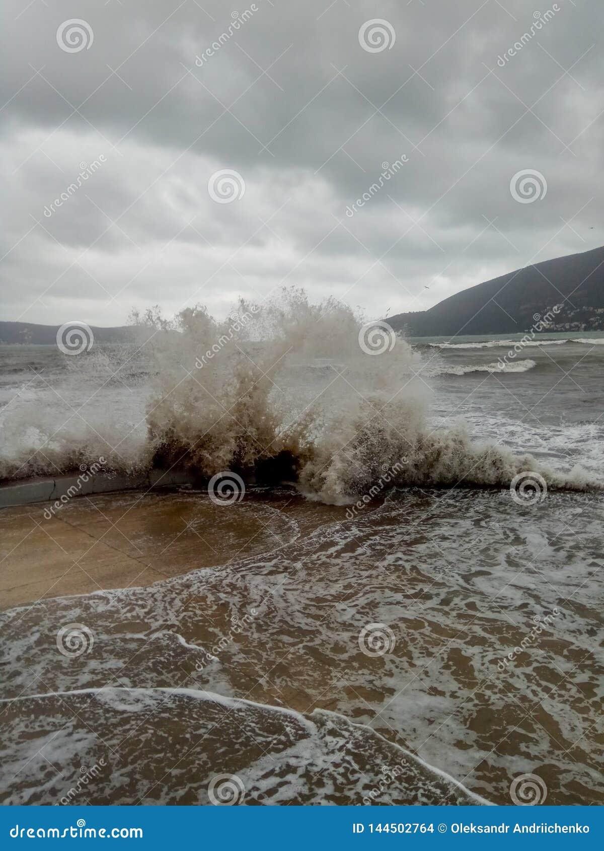 Tempête en mer, jetée par la mer