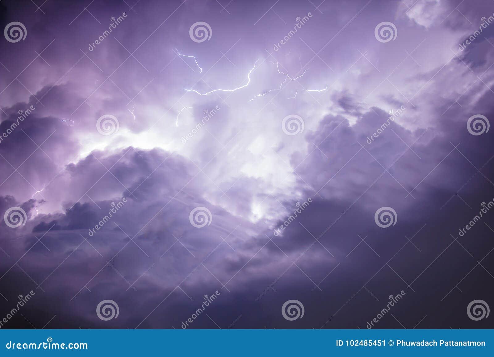 Tempête foncée de ciel et de nuage avec la foudre
