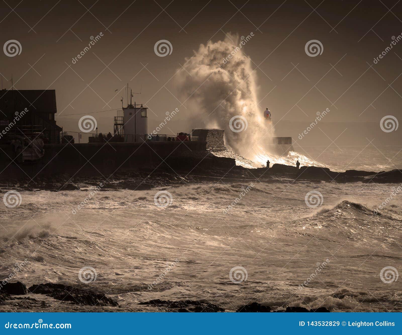 Tempête Graham au phare de Porthcawl