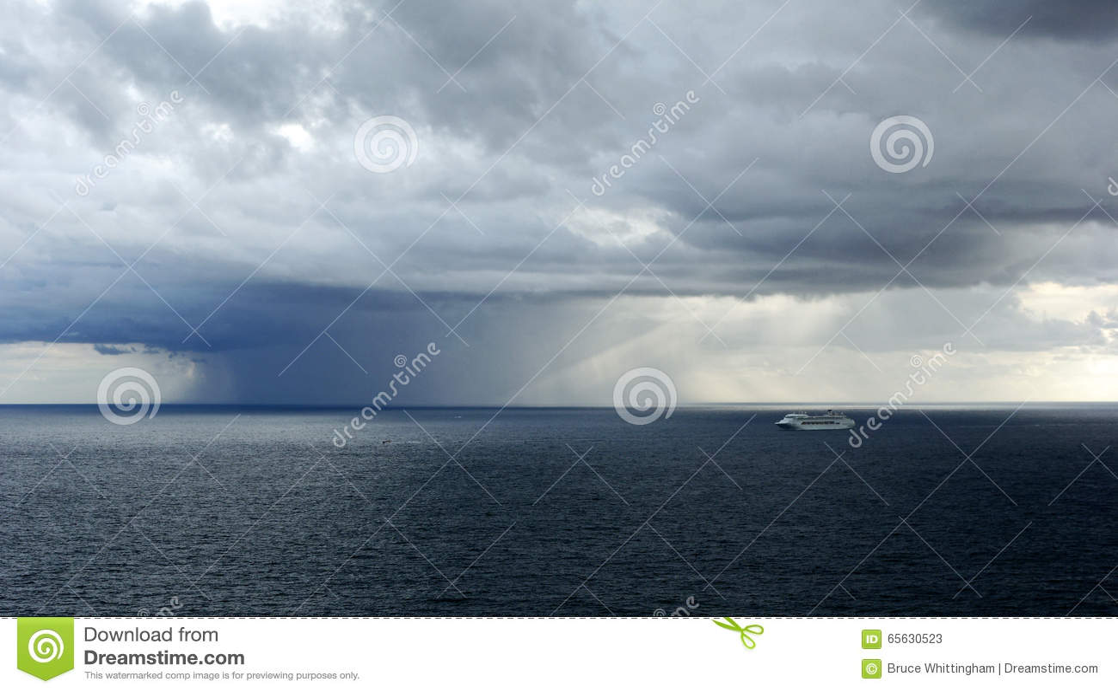Tempête localisée de pluie au-dessus d océan
