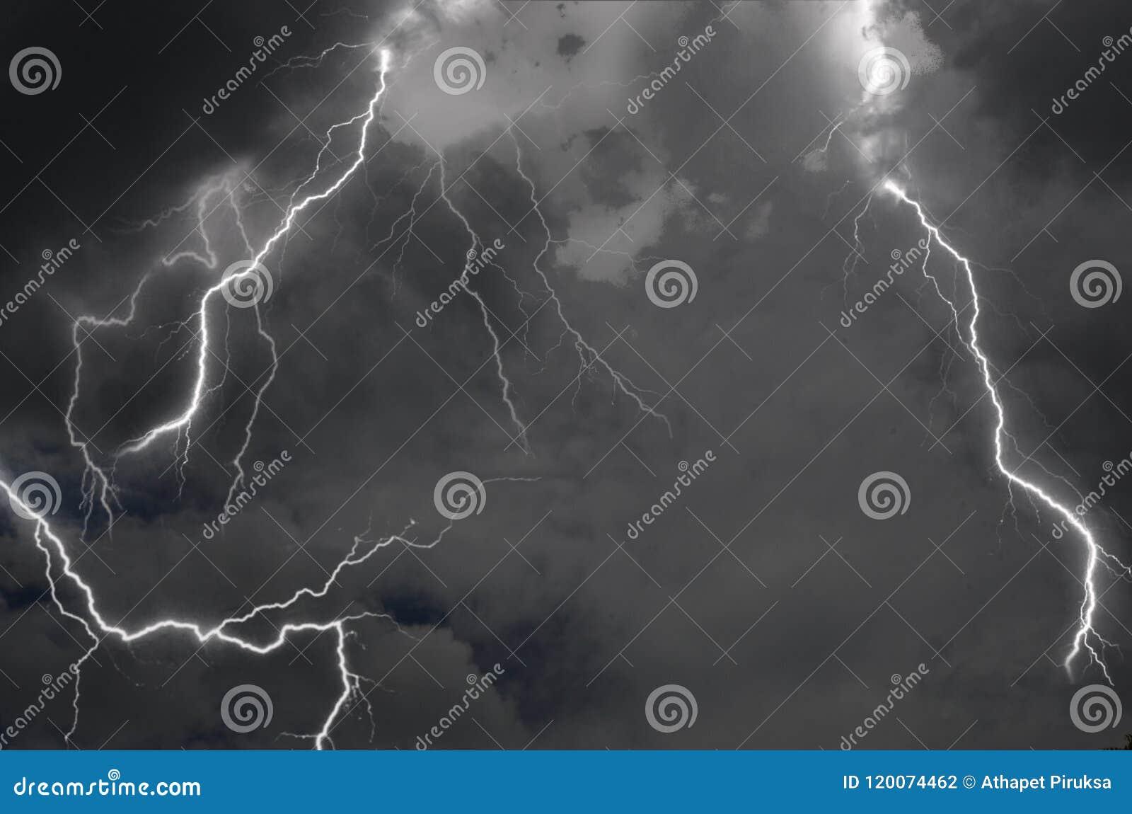 Tempête parfaite de foudre en nuages noirs en haut ciel