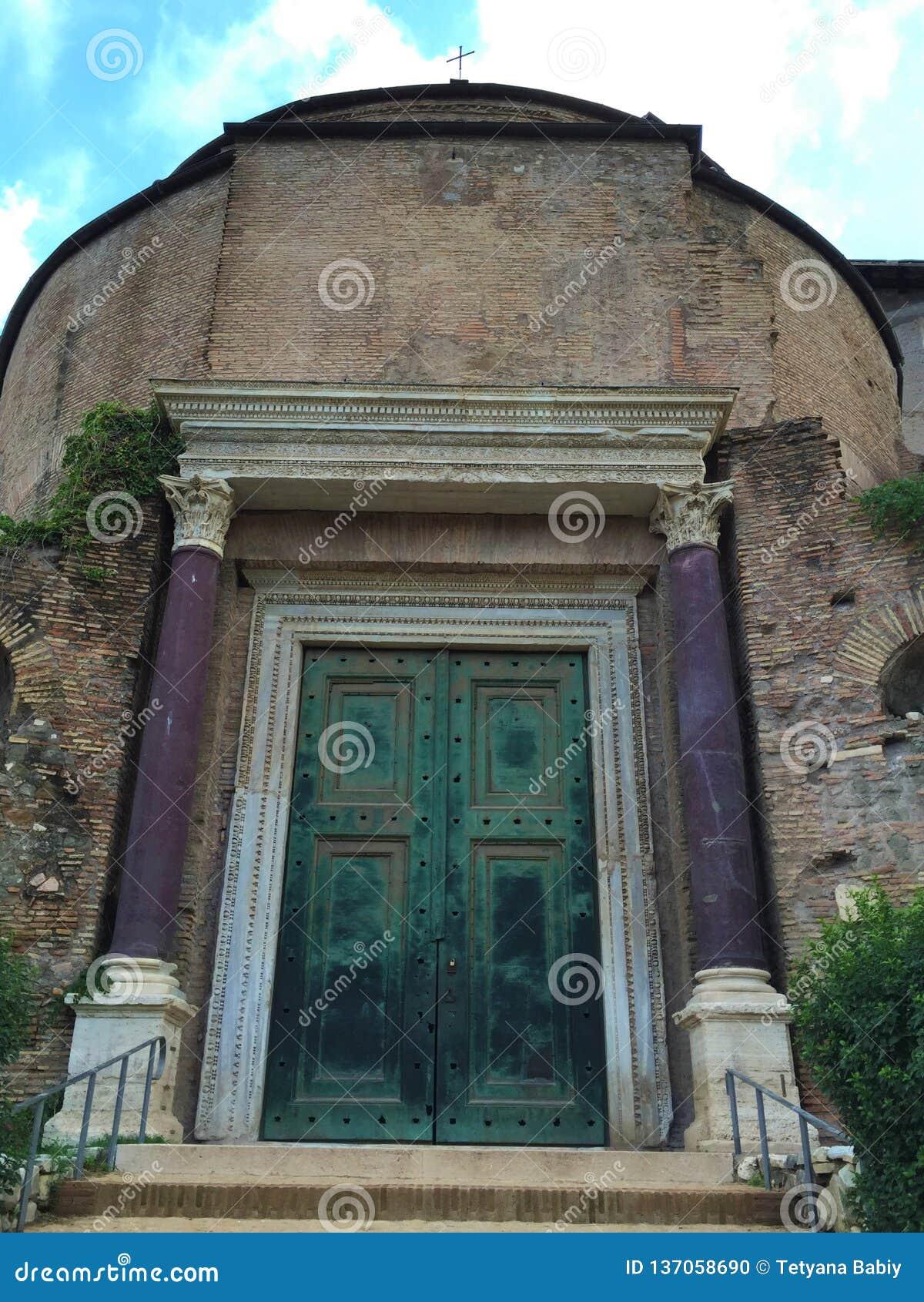 Tempel av Romulus - forum var mitten av dagligt liv i Rome