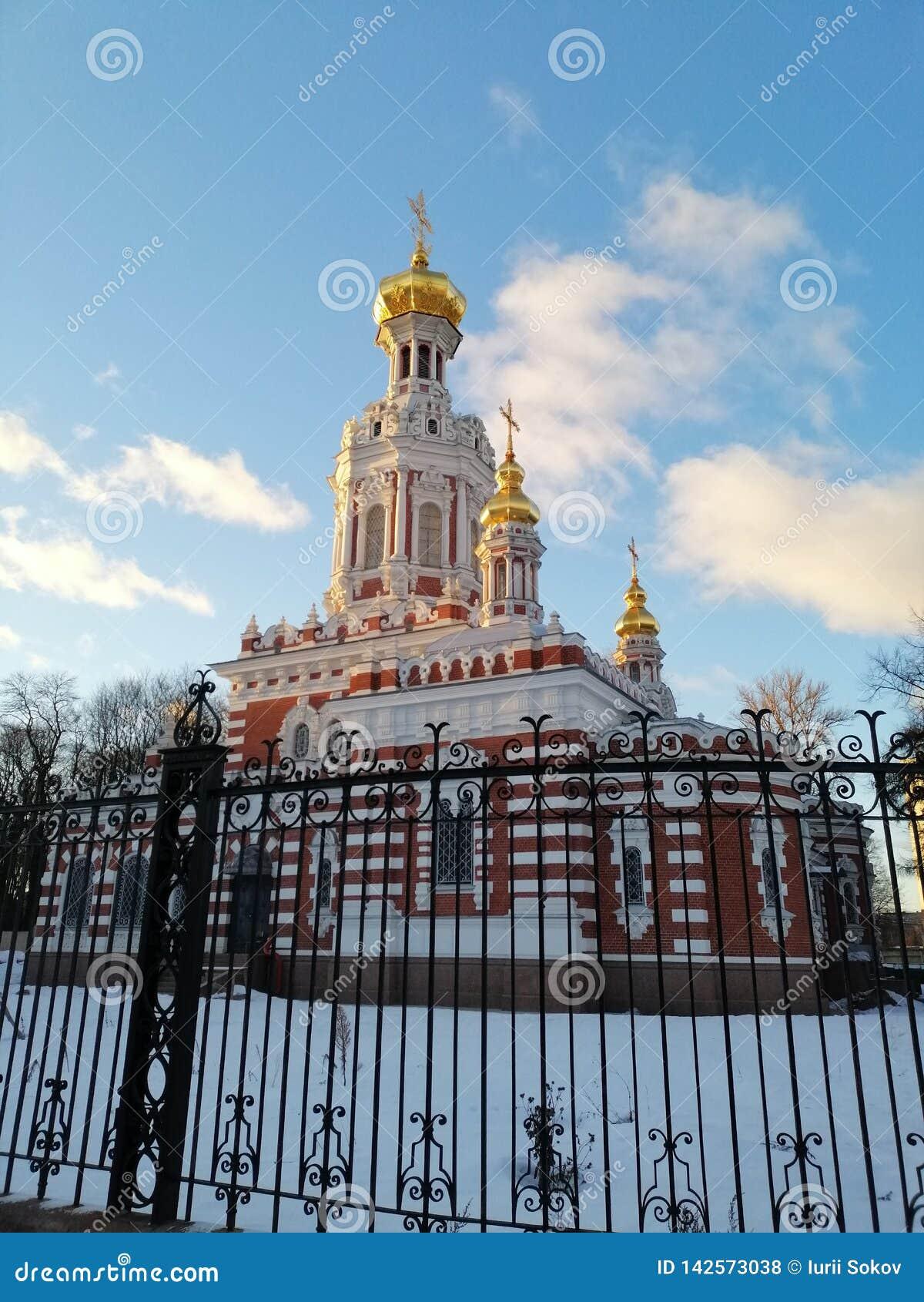 Tempel in de winter achter de omheining