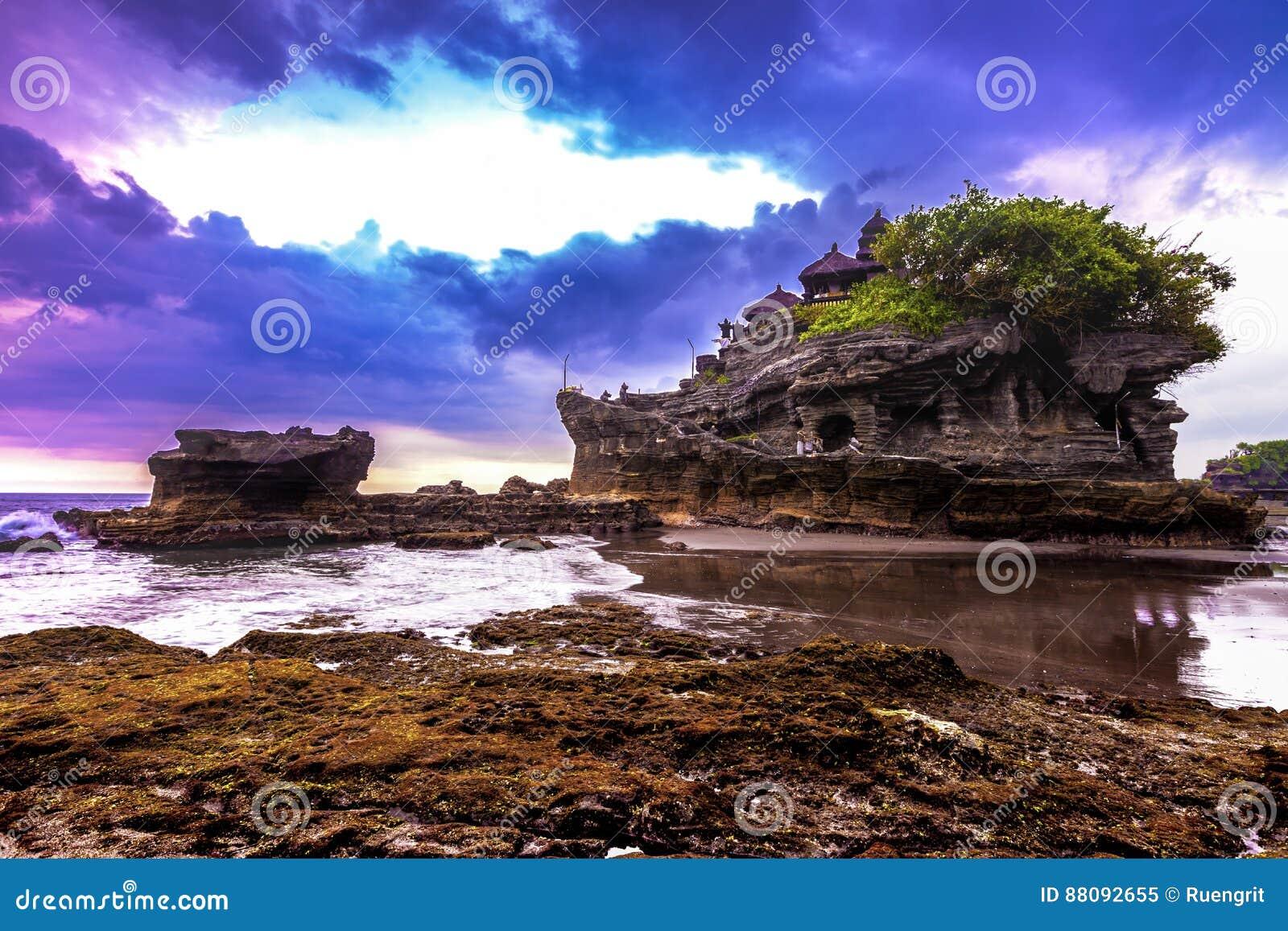 Tempel för Tanah lottvatten i Bali Indonesien naturlandskap bali berömd landmark