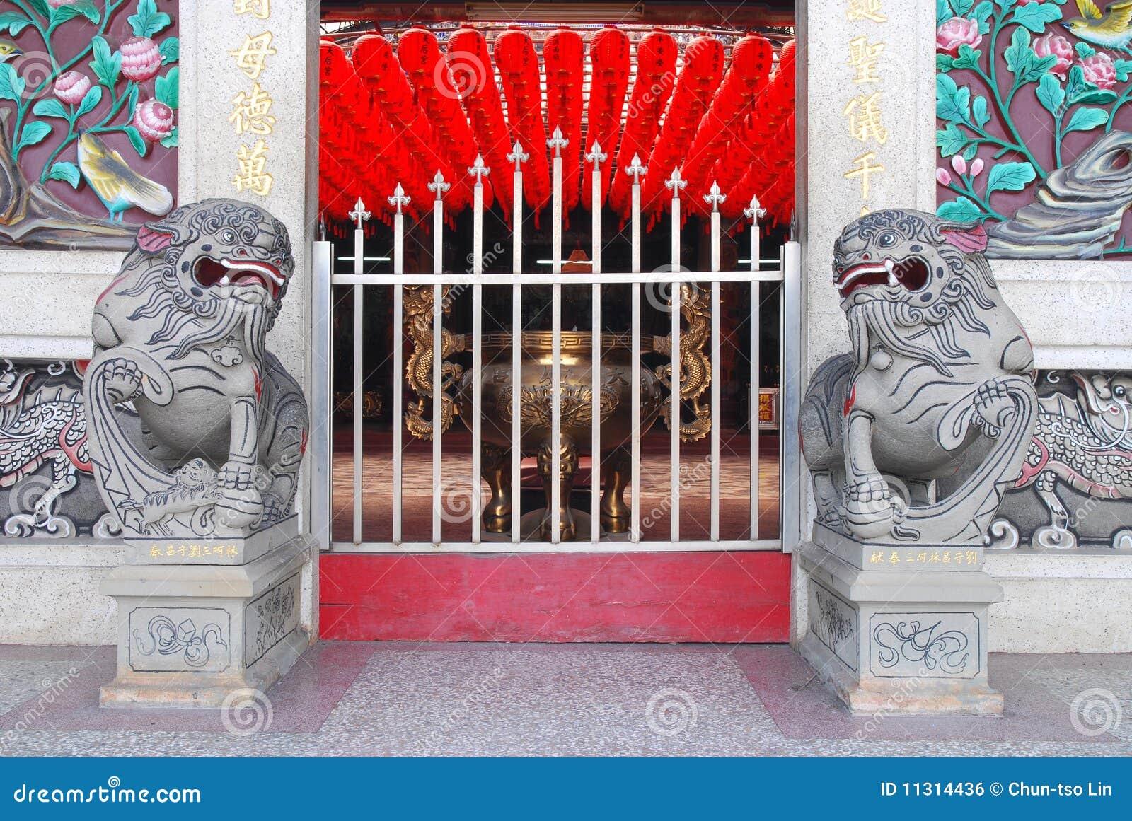 Tempel-Haupteingang der chinesischen Art.