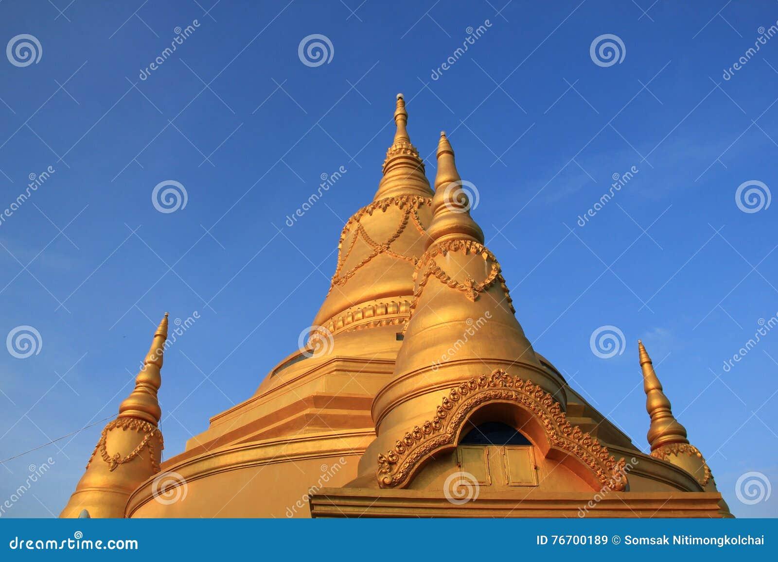 Tempel med den guld- pagoden i Battambang, Cambodja