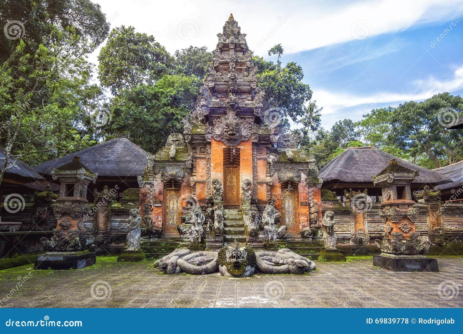 Tempel på apan Forest Sanctuarty i Ubud, Bali, Indonesien