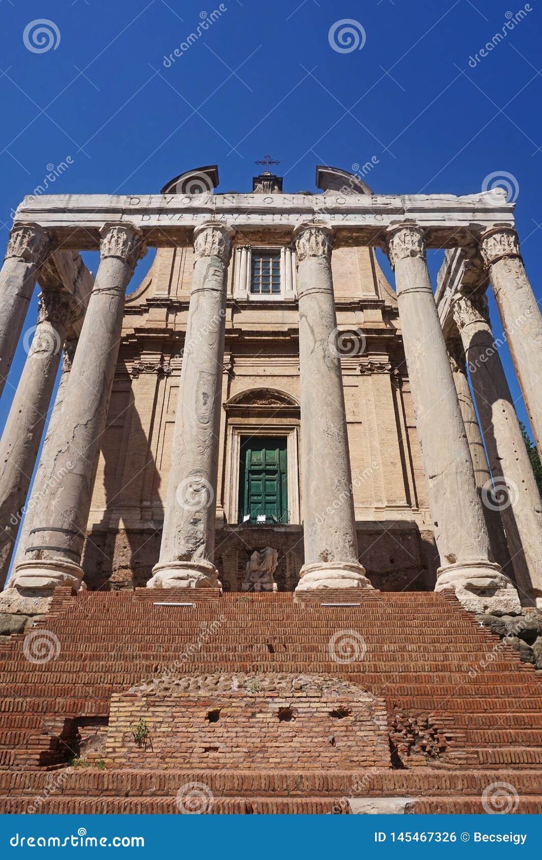 Tempel van Antoninus en Faustina in antiek Forum Mooie oude vensters in Rome (Itali?)