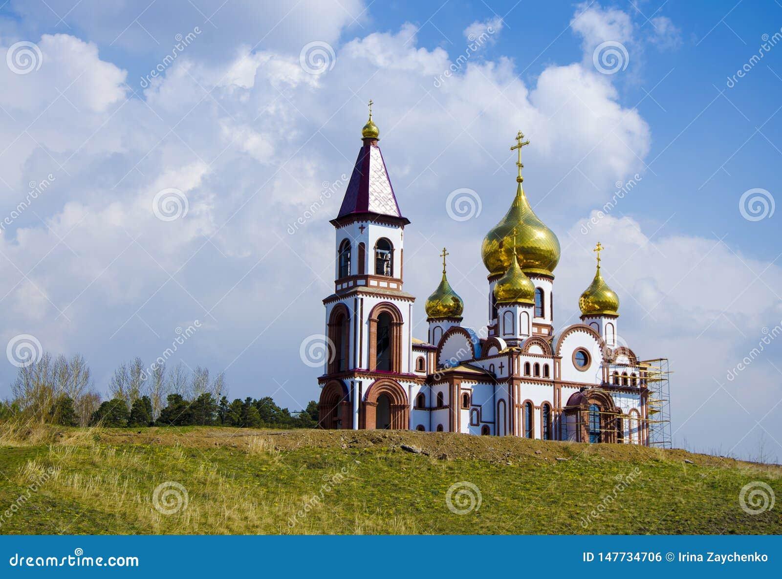 Tempel van de Nieuwe Martelaren en Confessors van de Russen, Krasnoyarsk, Rusland Orthodoxe tempel tegen de blauwe hemel