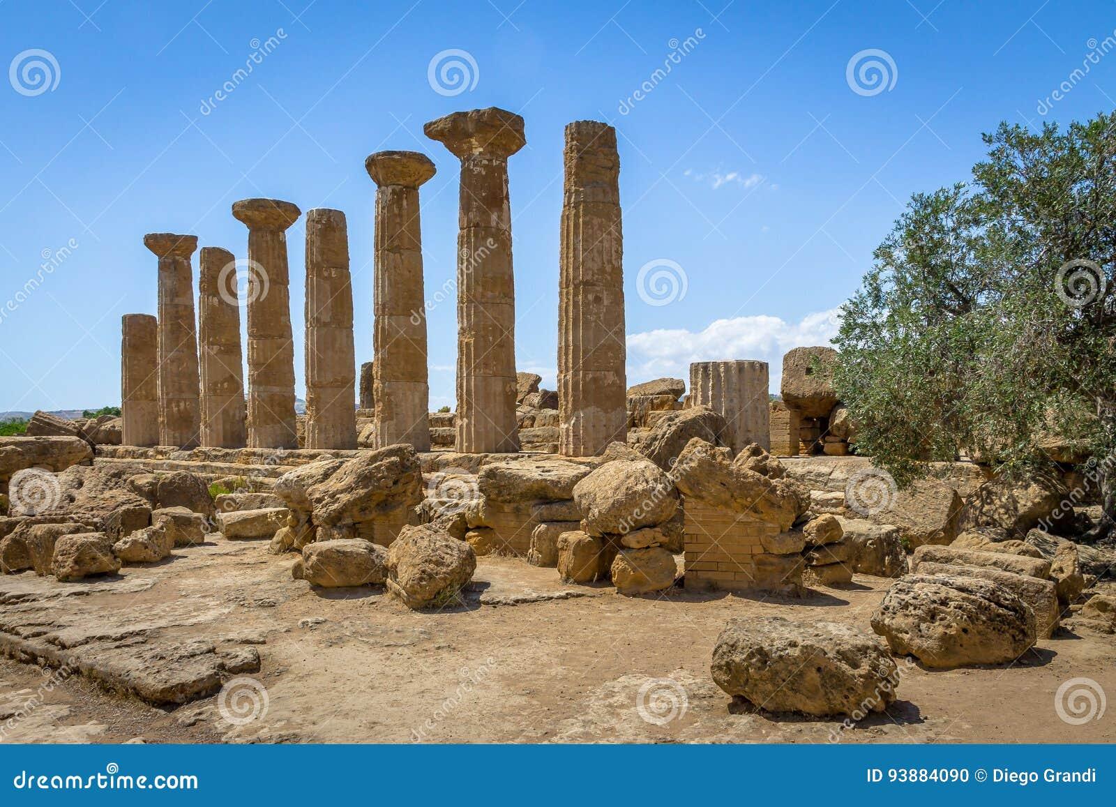Tempel von Heracles-Dorianspalten im Tal von Tempeln - Agrigent, Sizilien, Italien