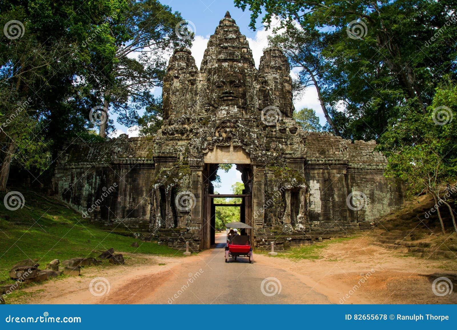 Tempeleingang mit Wand