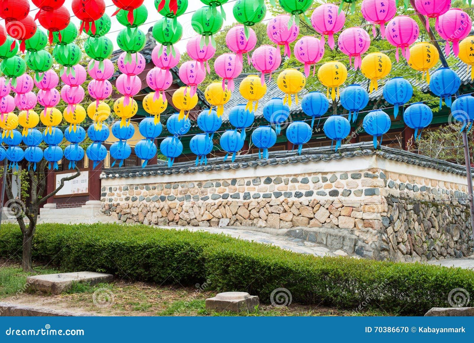 Tempelmuur en de lantaarns - Dag kleurrijke document lantaarns