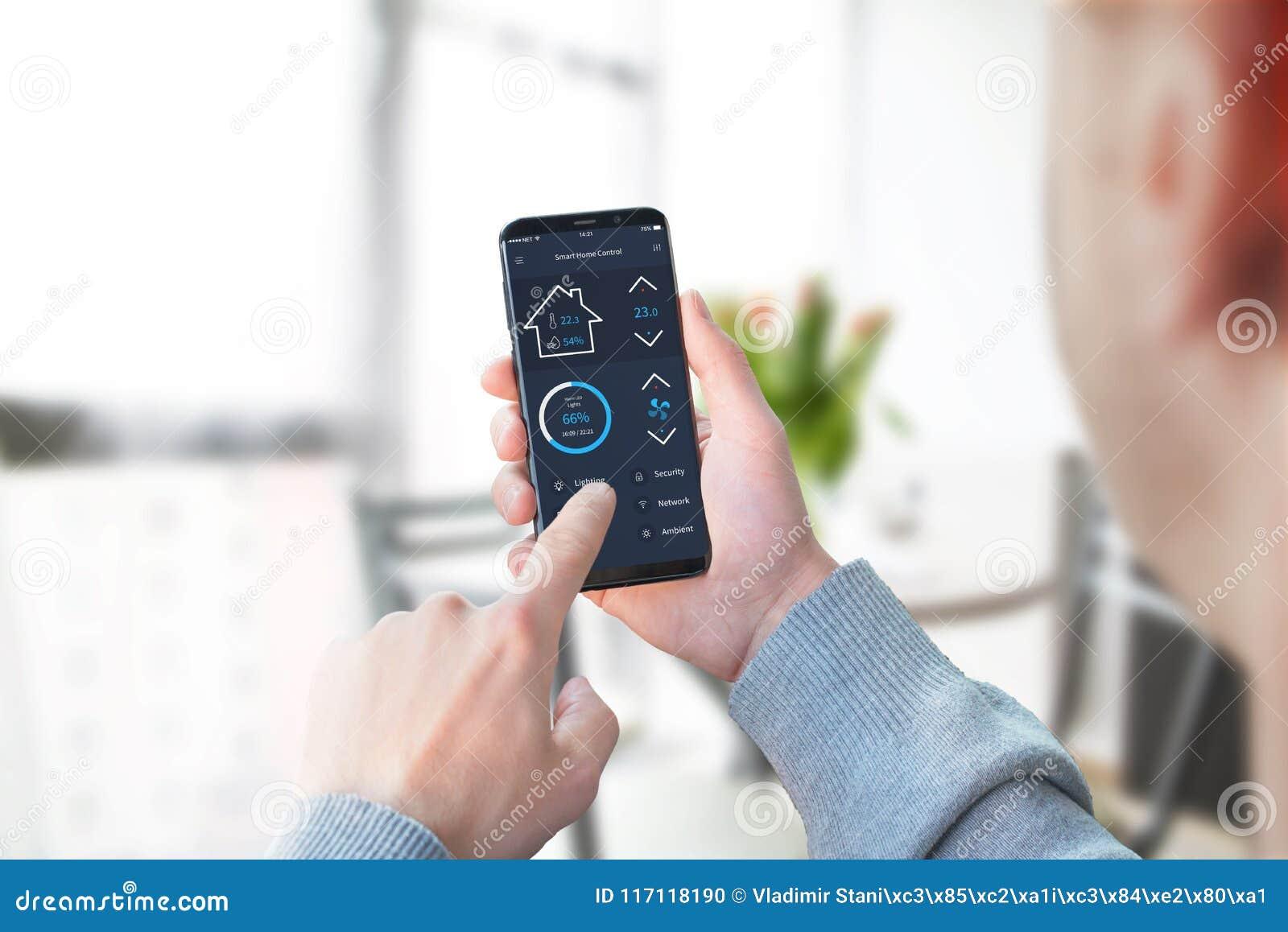 Temperatura e segurança da casa do controle da mulher do escritório com móbil moderno app