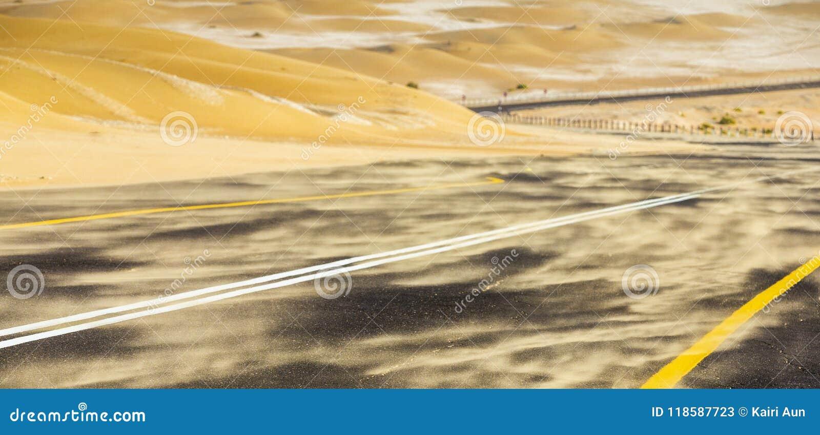 Tempesta di sabbia in un deserto