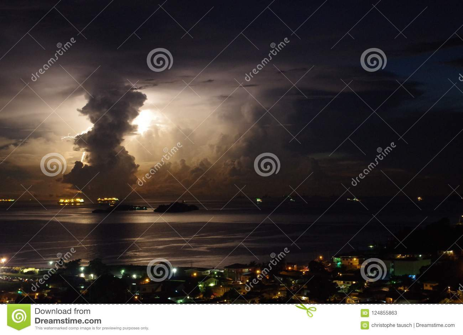 Tempesta impressionante con alleggerimento enorme dietro una nuvola verticale
