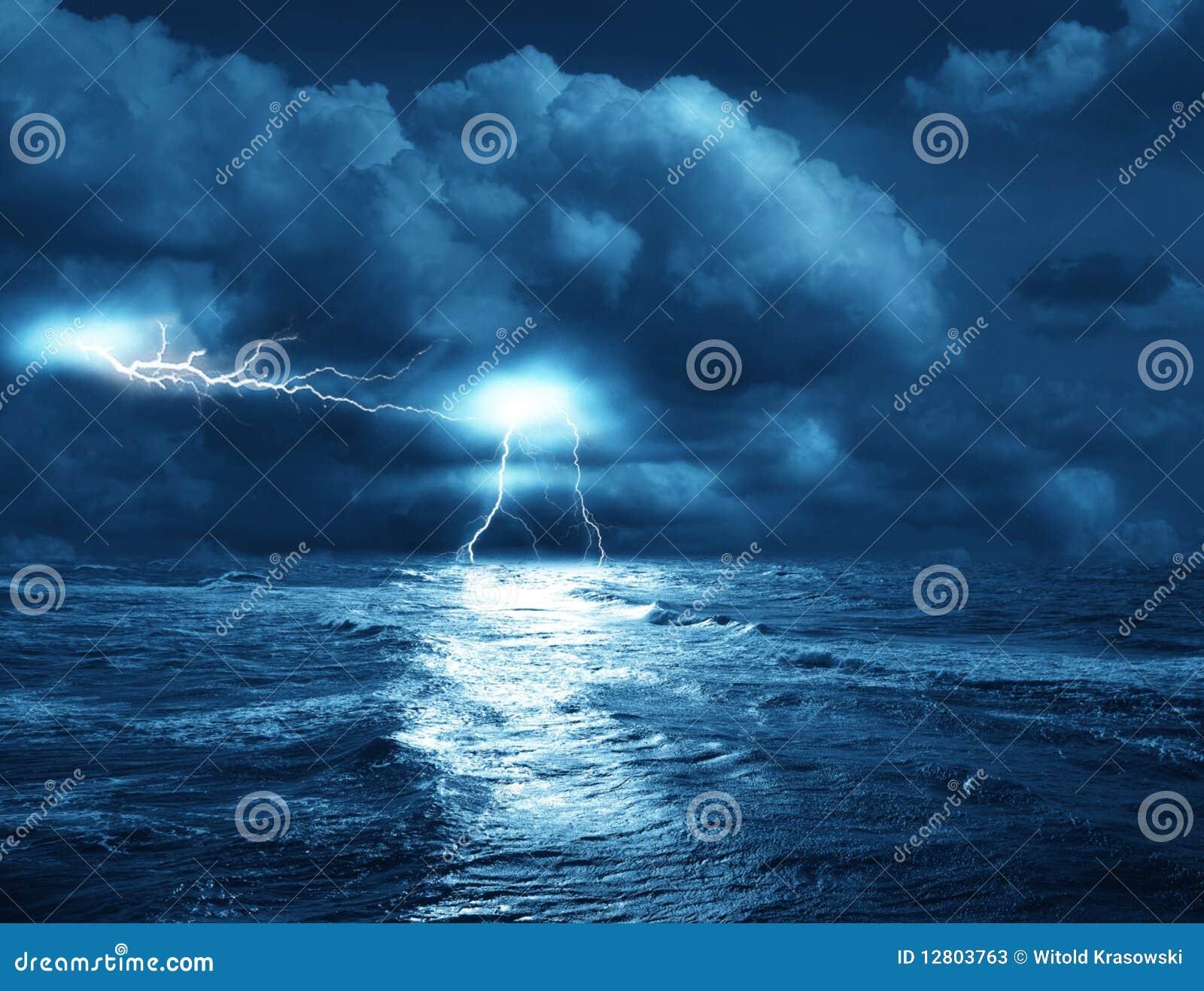 La tempesta sul mare dai lampi su priorità bassa delle nubi.