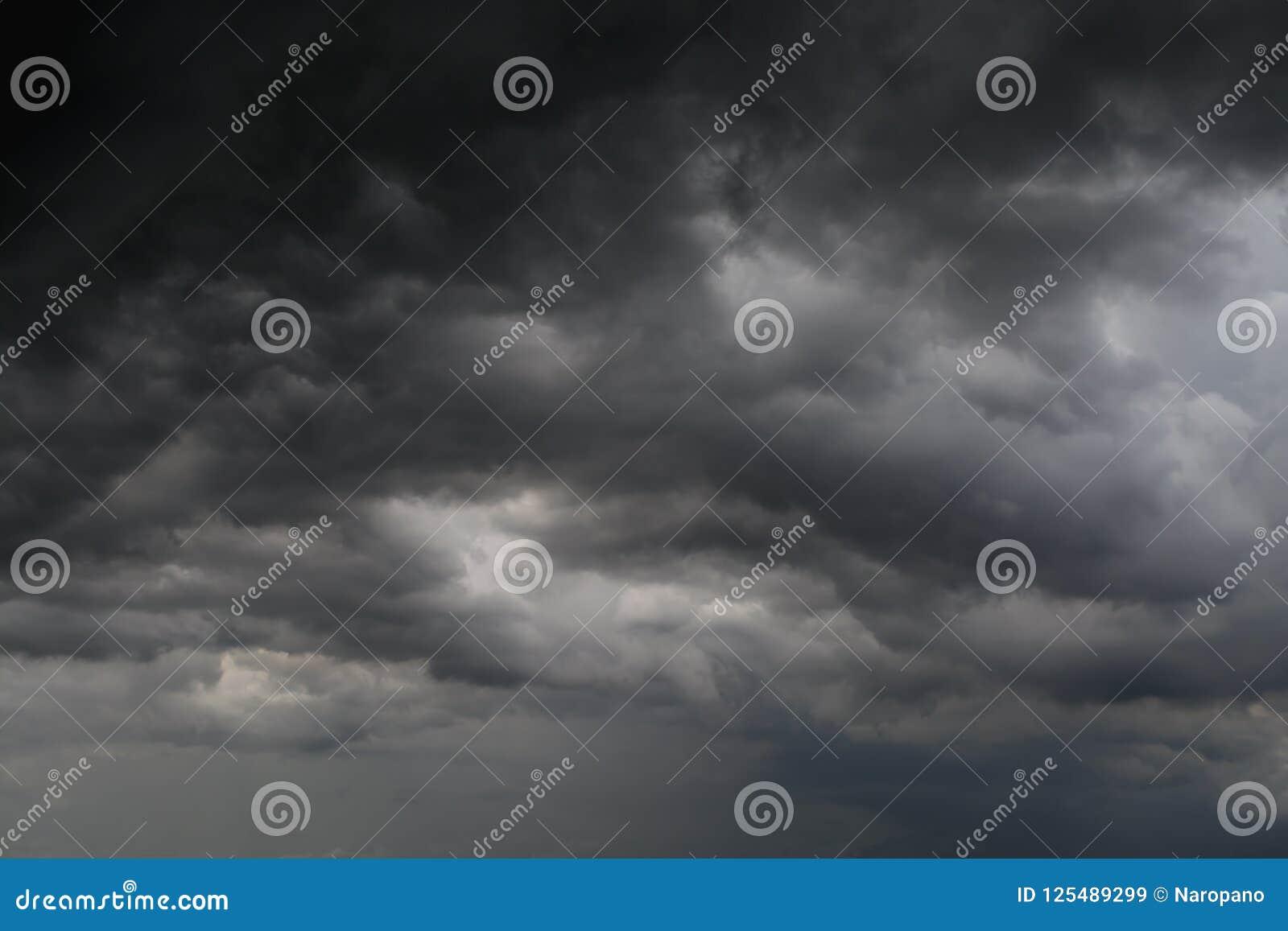 Tempestade da nuvem preta no céu vasto