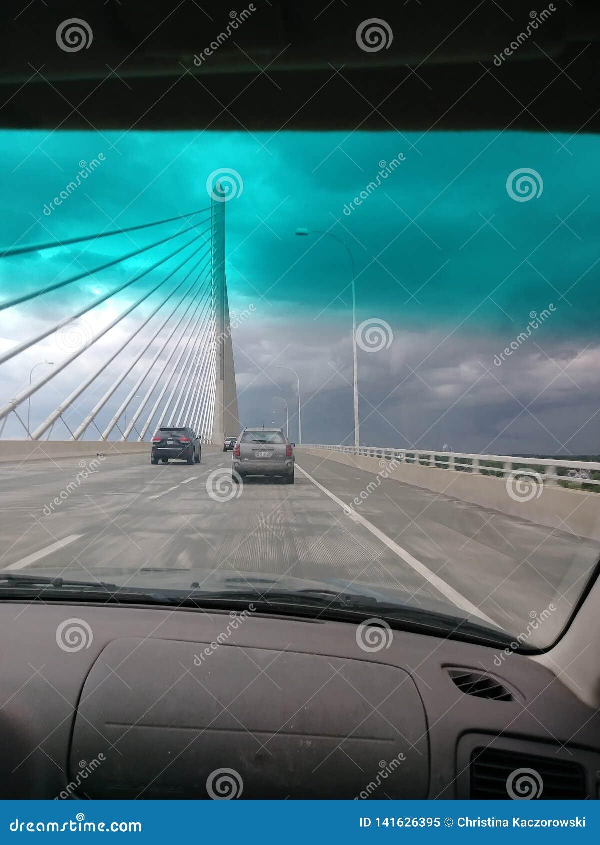 Tempestade em uma ponte de suspensão