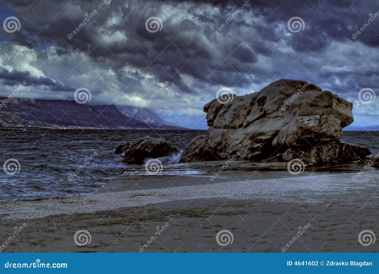 Tempestade perto da rocha grande