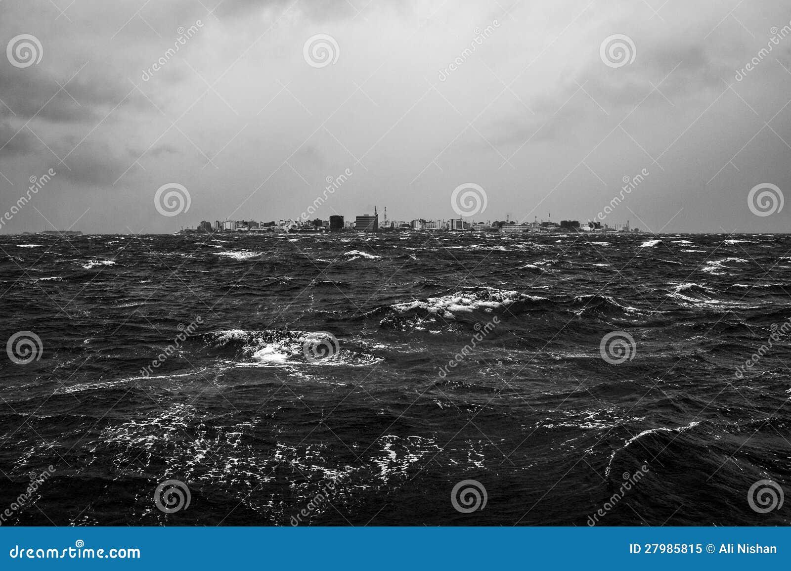 Tempestade tropical da monção em islans de Maldives