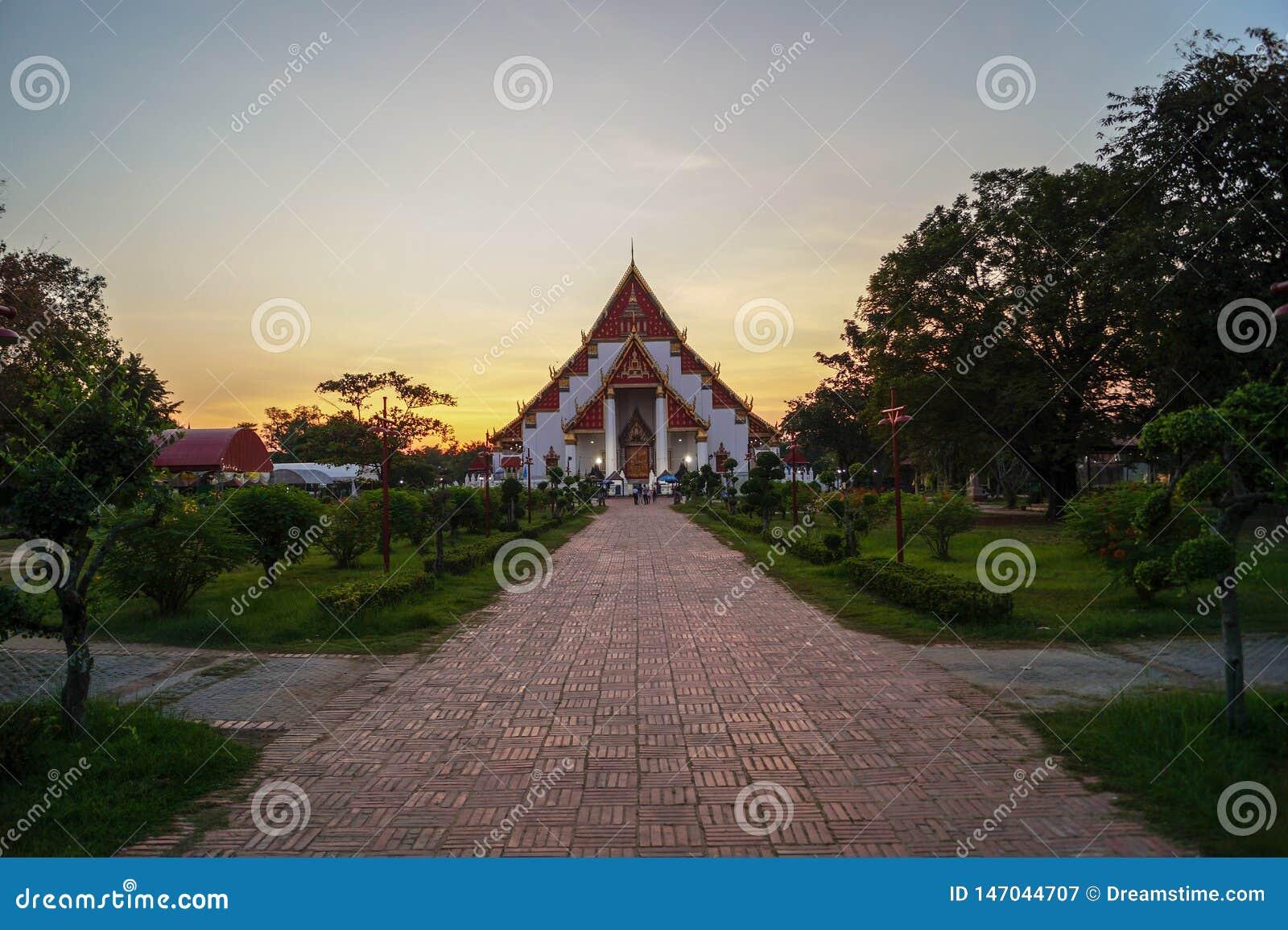 Tempio buddista ad un tramonto dorato in un parco a Ayutthaya, Tailandia