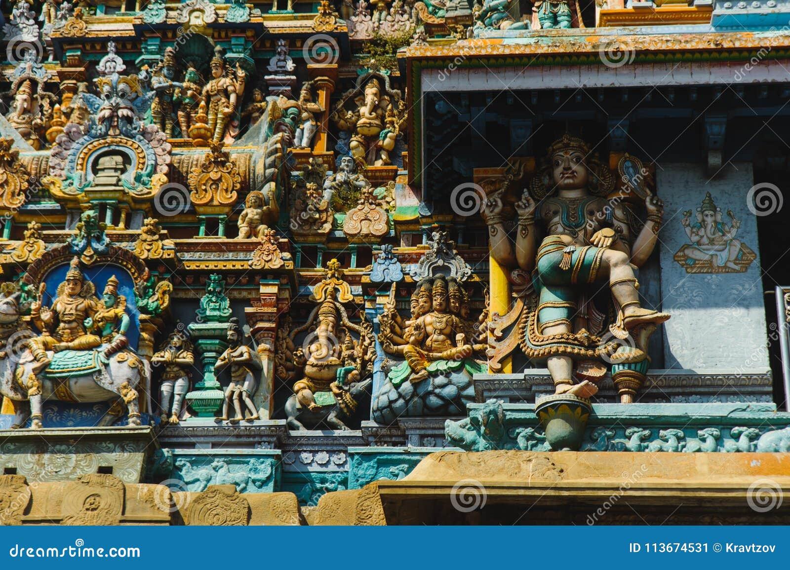 Tempio di Meenakshi scolpito dipinto nei colori differenti di saturazione esteriore